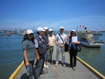 ペルーのタララ漁港の職員と通訳